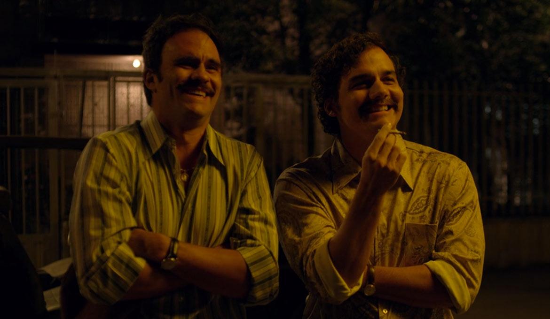 Pablo Escobar y su primo en capítulo 1 de Narcos