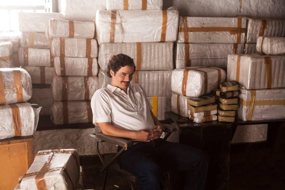 Pablo Escobar entre fardos de cocaína en capítulo 1 de Narcos
