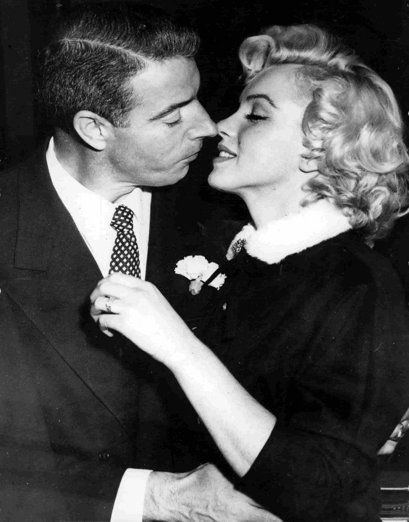Marilyn Monroe y DiMaggio en su boda