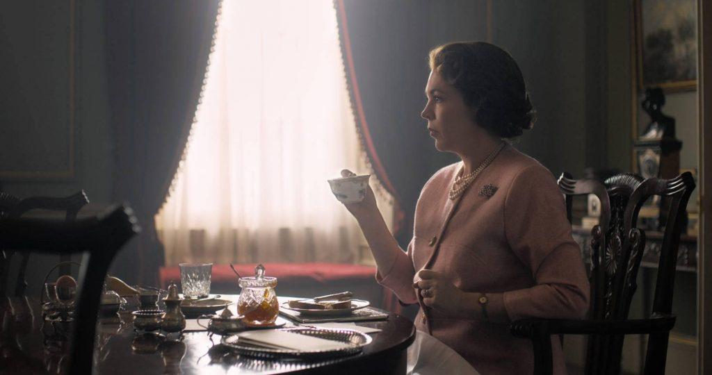 Olivia Colman interpretando a Isabel II